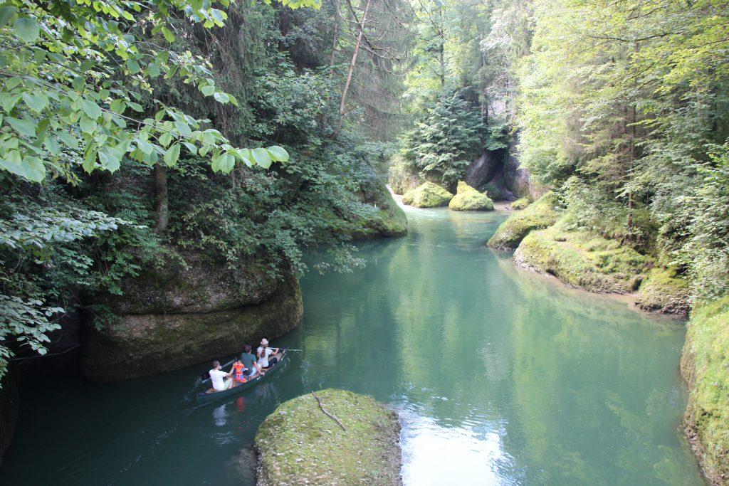 Friske mennesker på kanotur op ad floden Thur