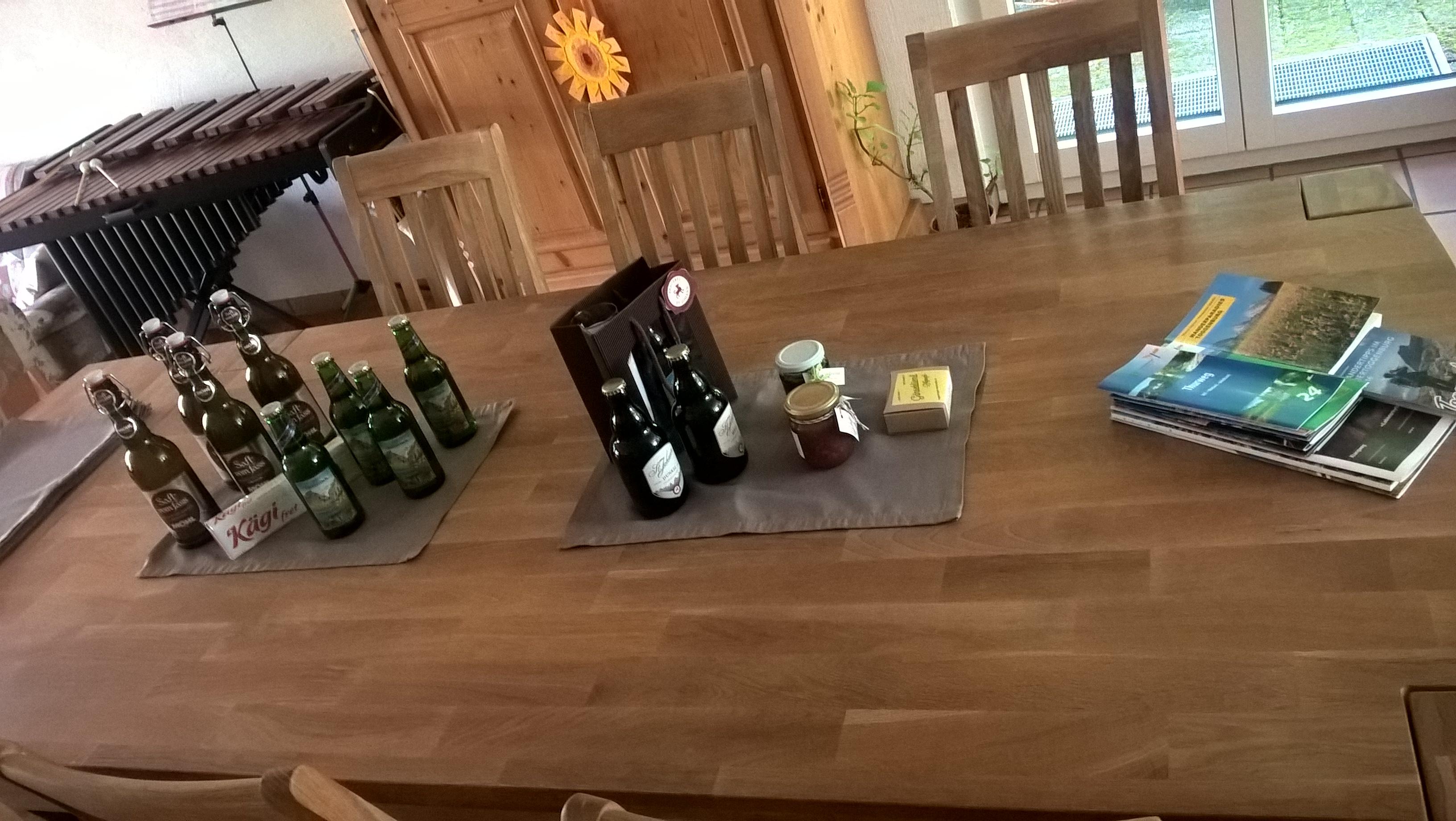 Husets ældste datter Melanie havde arrangeret en fin velkomst til os med ost, cider, chokolade og marmelade...